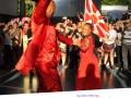 Casal de mestre-sala e porta-bandeira da Viradouro, durante apresentação da Escola de Samba no Encontro de Bauru: 30 anos de luta antimanicomial