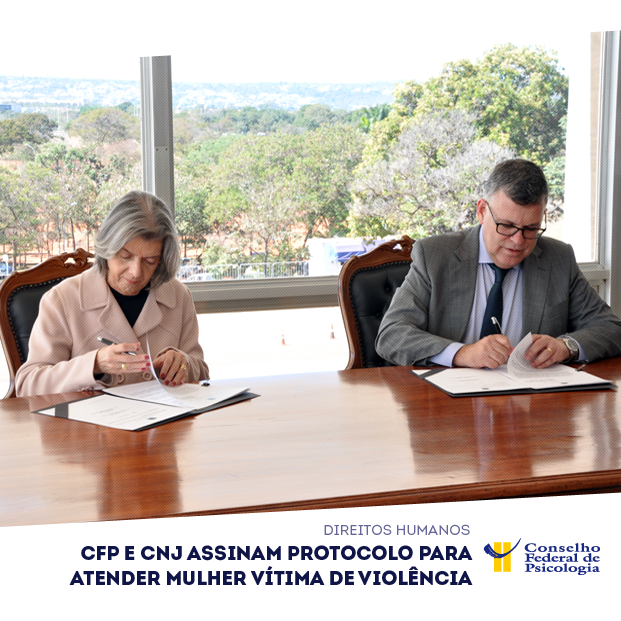Na foto, ministra Cármen Lúcia e presidente do CFP, Rogério Giannini, assinam protocolo