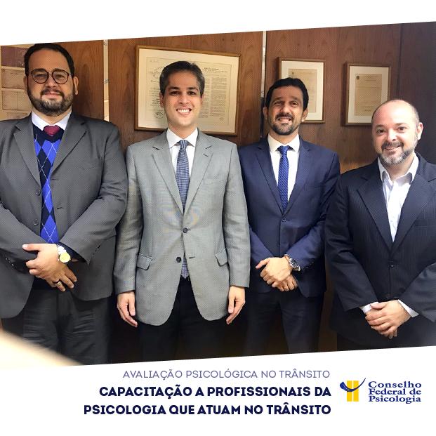 """Foto de participantes da reunião com o título """"Capacitação a profissionais da Psicologia que atuam no trânsito"""". Logo do CFP está posicionada à direita, no canto inferior"""