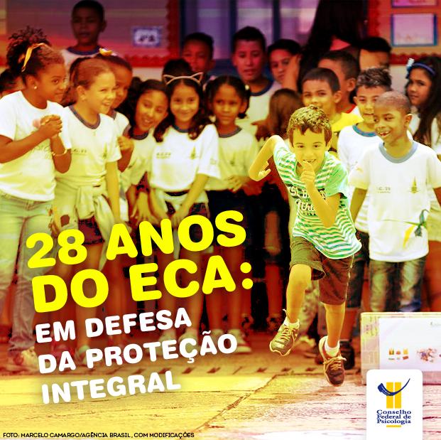 Crianças em uniforme escolar brincam em pátio