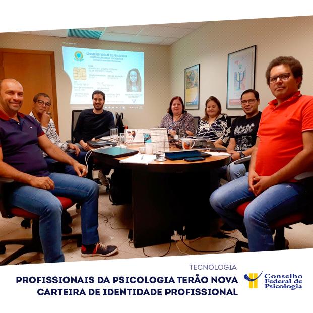 Imagem mostra reunião do gt que discute nova carteira de identidade profissional para a Psicologia. Na parte inferior, à direita, está o logo do CFP