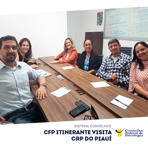 Em uma mesa, diretorias do CFP e do CRP do Piauí se reúnem