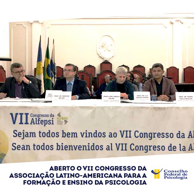 """Imagem mostra a mesa de abertura do VII Congresso da Alfepsi. Título da matéria está localizado na parte inferior: """"Aberto o VII Congresso da Associação Latino-Americana para a Formação e Ensino da Psicologia. Logo do CFP está localizado na parte inferior à direita"""